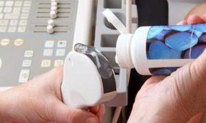 На яички наносят специальный гель, который обеспечивает скольжение аппарата